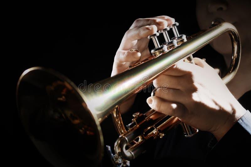 för fingerfokus för b blå trumpet w för signal för saxofon för spelare Trumpetare som spelar jazz arkivfoto