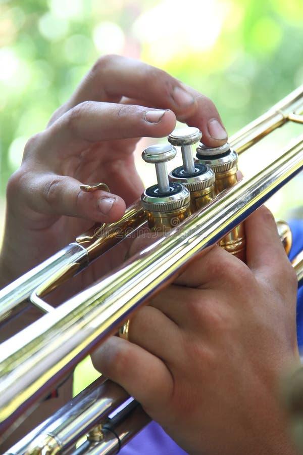 för fingerfokus för b blå trumpet w för signal för saxofon för spelare royaltyfria foton
