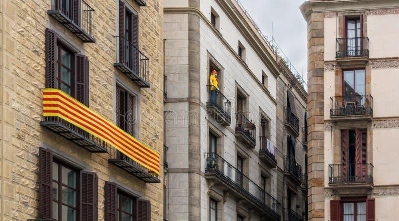 ` För flagga för LaSenyera ` i Catalan och skyltdocka på balkongerna i gotisk fjärdedel av Barcelona royaltyfri foto