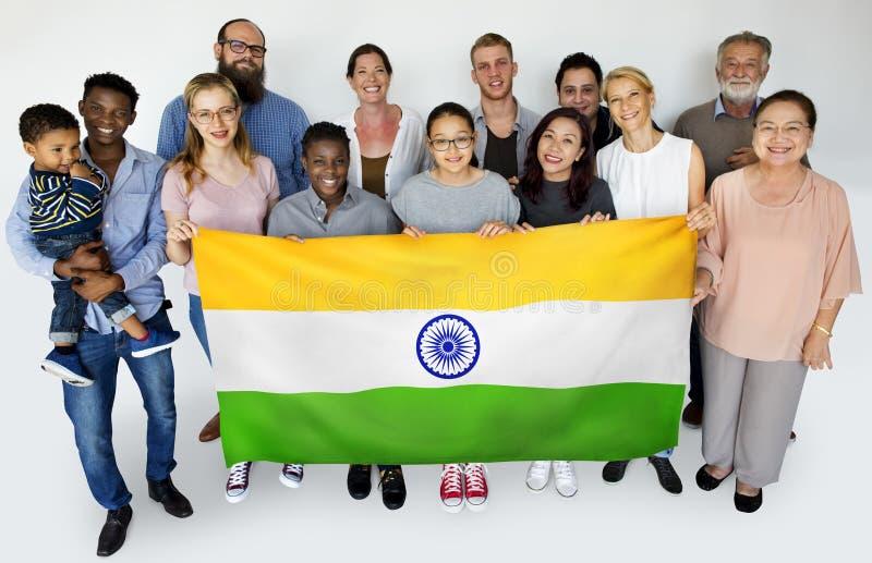 För flaggastudio för grupp människor hållande indisk stående royaltyfri fotografi