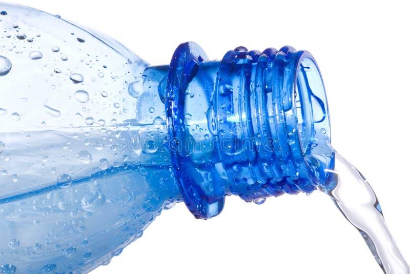 för flaska vatten för plast- ner hällande royaltyfri fotografi