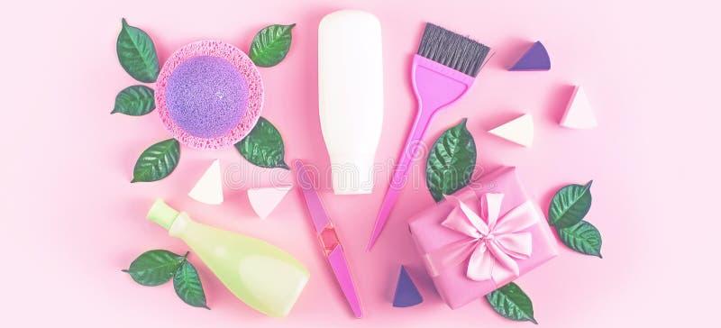 För flaskschampo för banret stelnar den kosmetiska förpackande plast- duschen för kräm mjölkar gräsplan lämnar pilbågen för svamp royaltyfria bilder