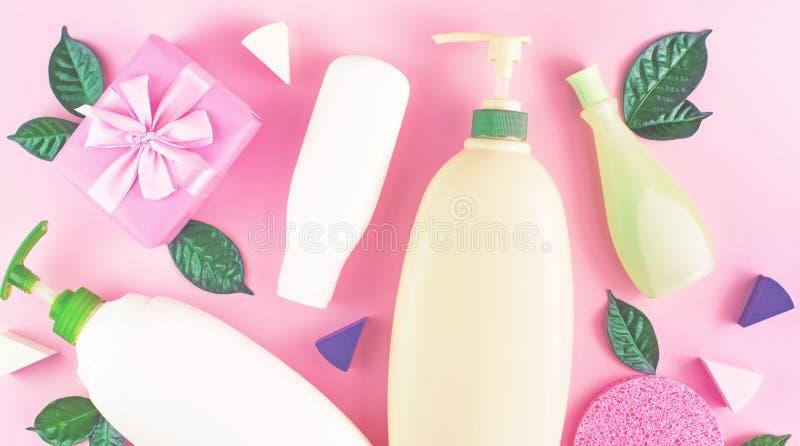För flaskschampo för banret stelnar den kosmetiska förpackande plast- duschen för kräm mjölkar gräsplan lämnar pilbågen för svamp royaltyfri foto