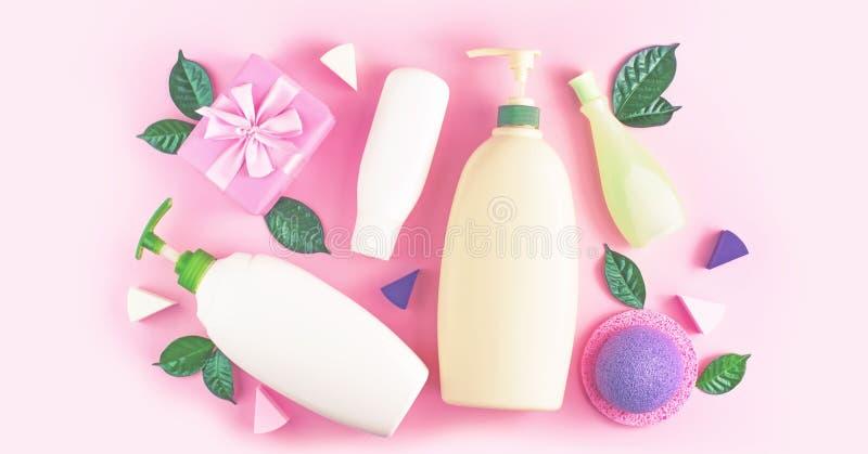 För flaskschampo för banret stelnar den kosmetiska förpackande plast- duschen för kräm mjölkar gräsplan lämnar pilbågen för svamp royaltyfri fotografi
