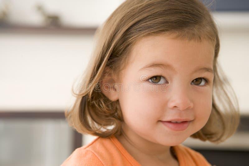 för flicka barn inomhus royaltyfri fotografi