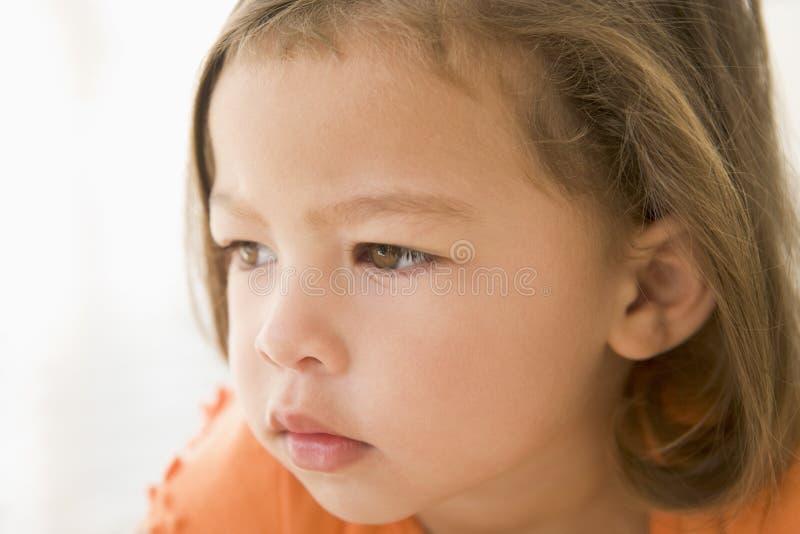 för flicka barn inomhus fotografering för bildbyråer
