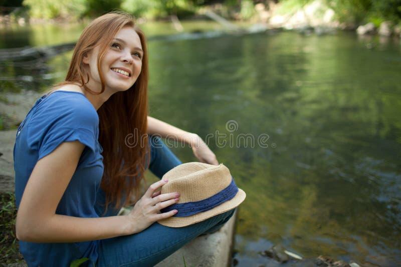 för flickaflod för grupp härlig sitting arkivfoto