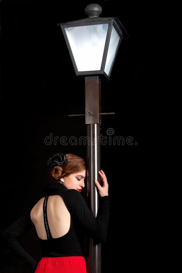 För flickagata för film noir baksida för lykta royaltyfria foton