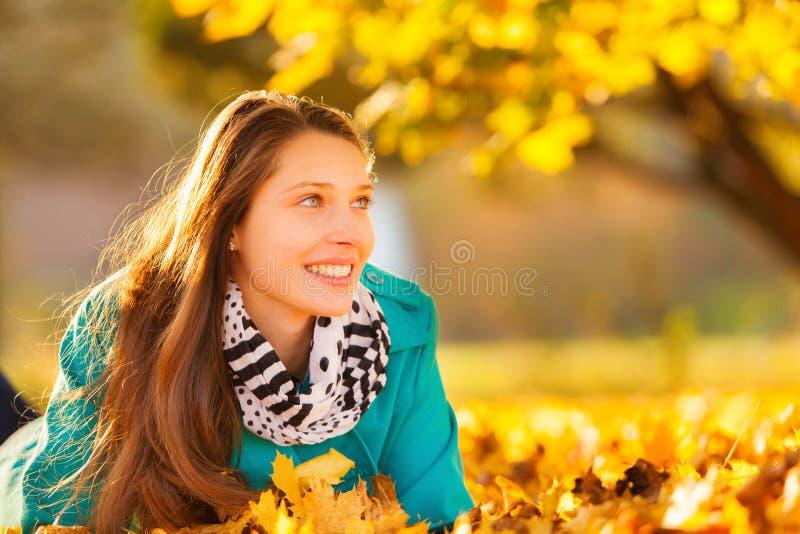 för flickaleaves för höst härligt ligga royaltyfria bilder
