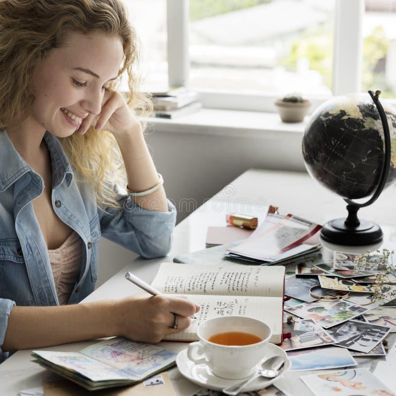 För flickameddelande för skriftliga kvinnor kvinnligt begrepp för meddelande fotografering för bildbyråer