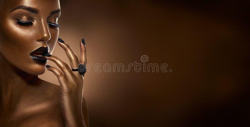 För flickamode för skönhet svart stående för konst över mörk brun bakgrund Yrkesmässig makeup och manikyr arkivfoto
