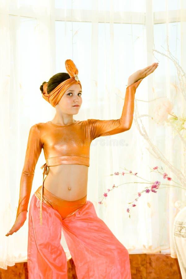 för flickastående för dans teen östlig dräkt royaltyfria foton