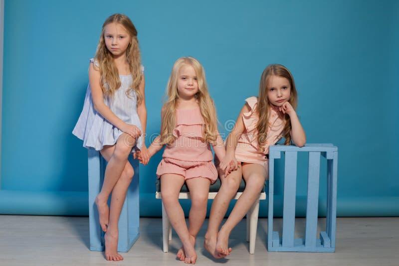 För flickvänmode för tre små flickor trevlig stående arkivfoton