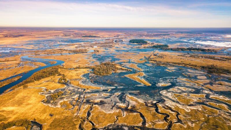 För flodflod för vår smältande panorama för antenn Överflödvatten arkivbild