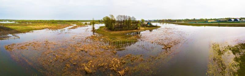 För flodflod för vår smältande panorama för antenn Överflödvatten på sp royaltyfria foton