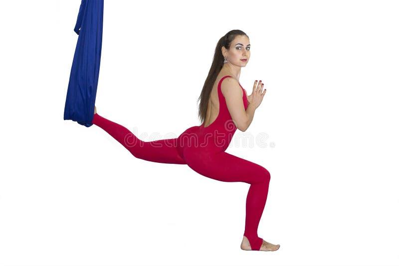 För flugayoga för ung kvinna övande asana utomhus Hälsa sport, yogabegrepp royaltyfri bild