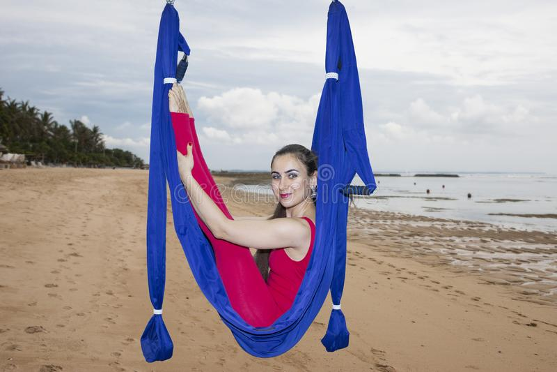 För flugayoga för ung kvinna övande asana utomhus Hälsa sport, yogabegrepp royaltyfri fotografi