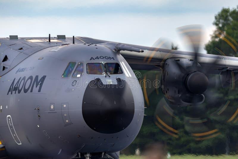 För för flygbussförsvar och utrymme A400M Atlas fyra för flygbuss flygplan F-WWMZ för militär transport engined stort militärt royaltyfri bild