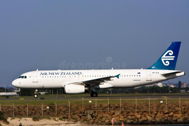 för flygbusstrafikflygplan för luft a320 ny landningsbana zealand royaltyfri bild