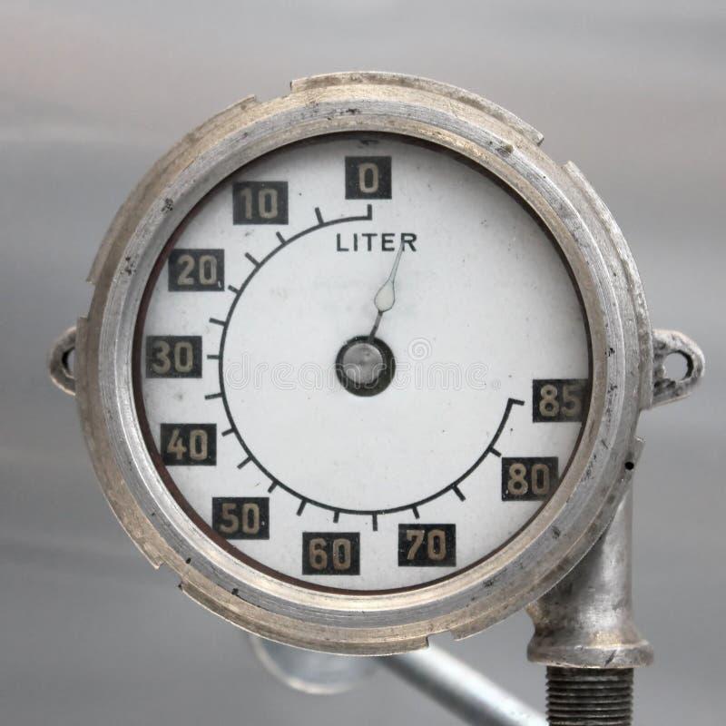 För flygplanbränsle för gammal tappning tyskt mått, skala med en pil, 0-85 liter royaltyfria bilder