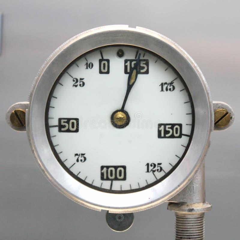 För flygplanbränsle för gammal tappning tyskt mått, skala med en pil, 0-195 liter royaltyfria bilder