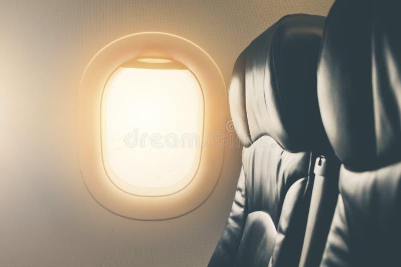 För flygplanfönster för tom plats sikt inom ett flygplanslut upp för flygbakgrund arkivfoton