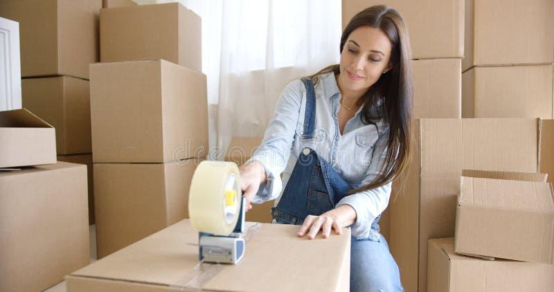 För flyttninghem för ung kvinna askar för emballage arkivfoton