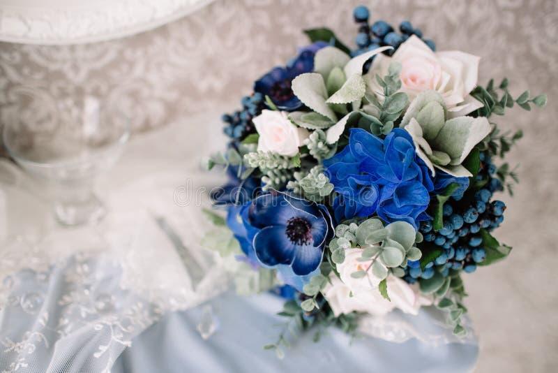 för fokusförgrund för 3 bukett bröllop Blommor för brud` s royaltyfri bild