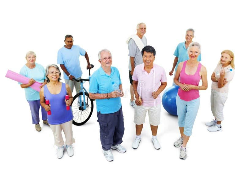 För folkkondition för grupp sunt begrepp för idrottshall för övning arkivfoto