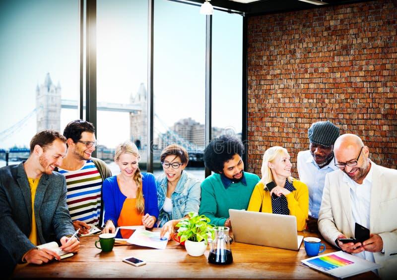För folkkontor för affär tillfällig funktionsduglig diskussion Team Concept royaltyfria bilder
