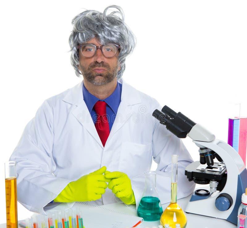 För forskareman för Nerd galet arbete för stående på laboratoriumet royaltyfria foton