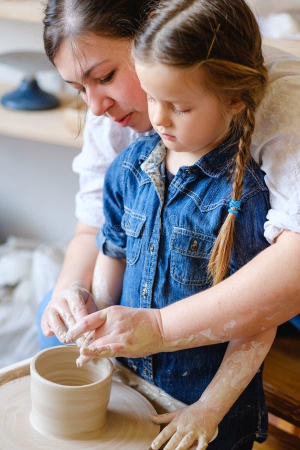 För fritidkrukmakeri för familj konstnärlig hemslöjd för hobby fotografering för bildbyråer
