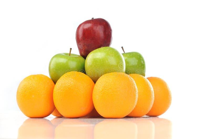 för fruktorange för äpple färgrik pyramid fotografering för bildbyråer