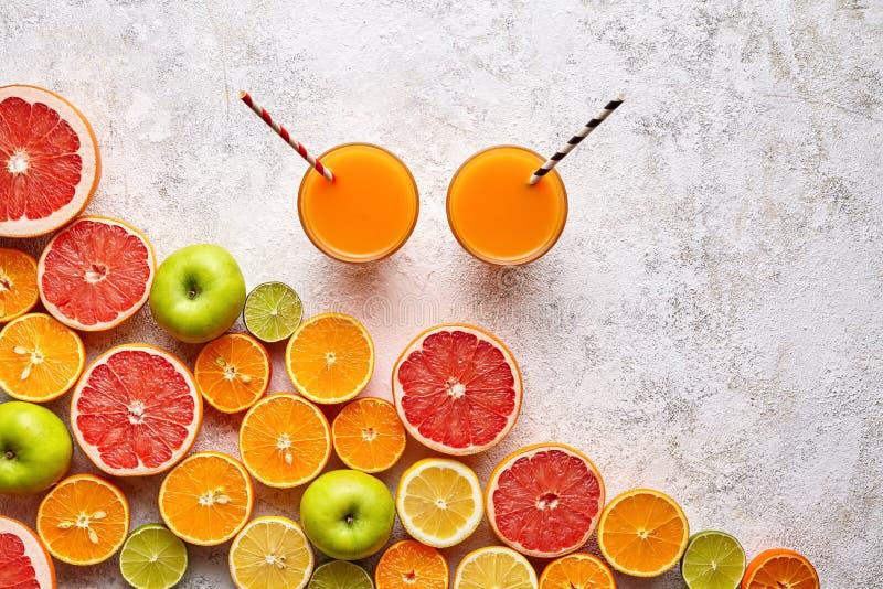 För fruktsaftvitamin c för Smoothie eller för ny frukt drink i den lekmanna- citrusfruktbakgrundslägenheten, sund organisk livsst arkivfoto