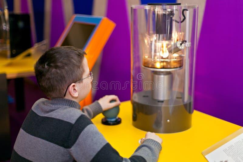 För fysikvetenskap för pojke hållande ögonen på experiment royaltyfria foton