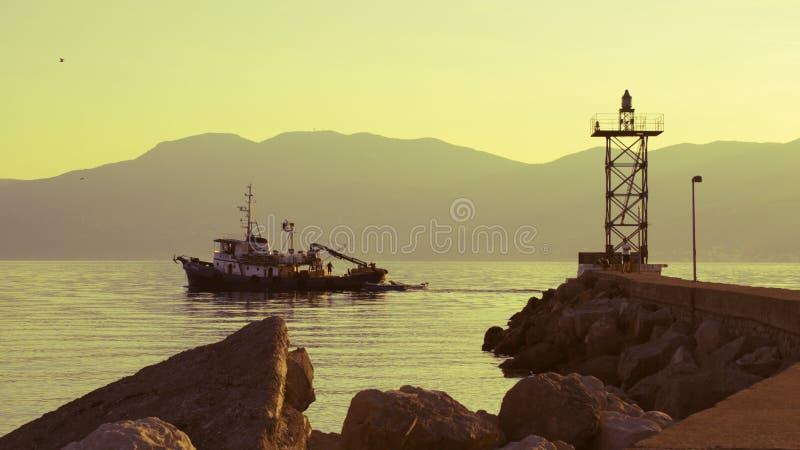 för galway ireland för fartygstadscorrib ståndsmässig fiska solnedgång flod fotografering för bildbyråer