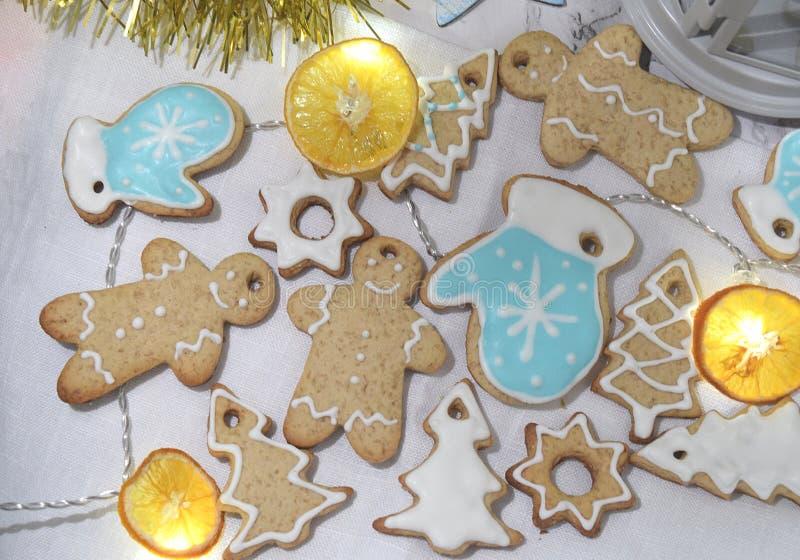 För Garland Dry för ljust rödbrun kakor för jul bakgrund Ch orange vinter arkivfoton