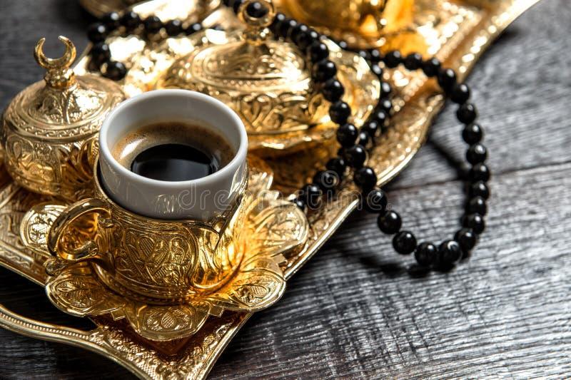 För garneringradband för svart arabiskt kaffe guld- kareem för Ramadan royaltyfri foto