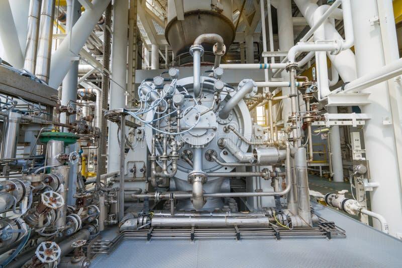 För gaskompressor för mång- etapp centrifugal radiell typ på den centrala bearbeta plattformen för frånlands- fossila bränslen arkivfoto
