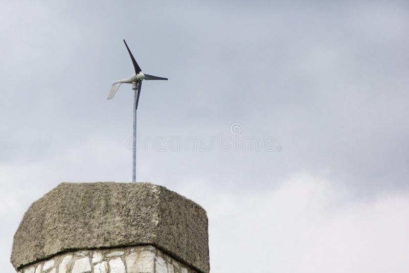 För generatorväder för vind elektriskt fåfängt på bakgrund för molnig himmel royaltyfria foton