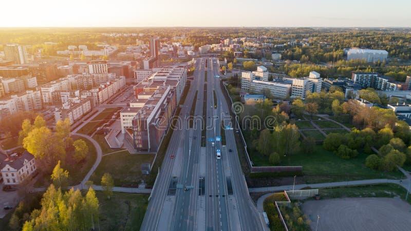 För genomskärningsstad för flyg- sikt väg för transport med medelrörelse h?rlig solnedg?ng finland royaltyfri bild