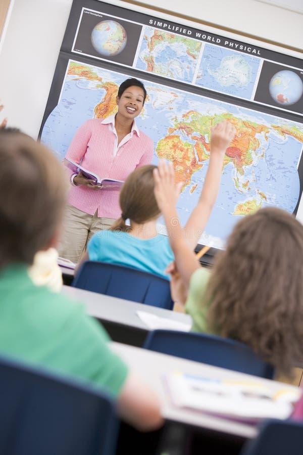 för geografiskola för grupp elementär lärare fotografering för bildbyråer