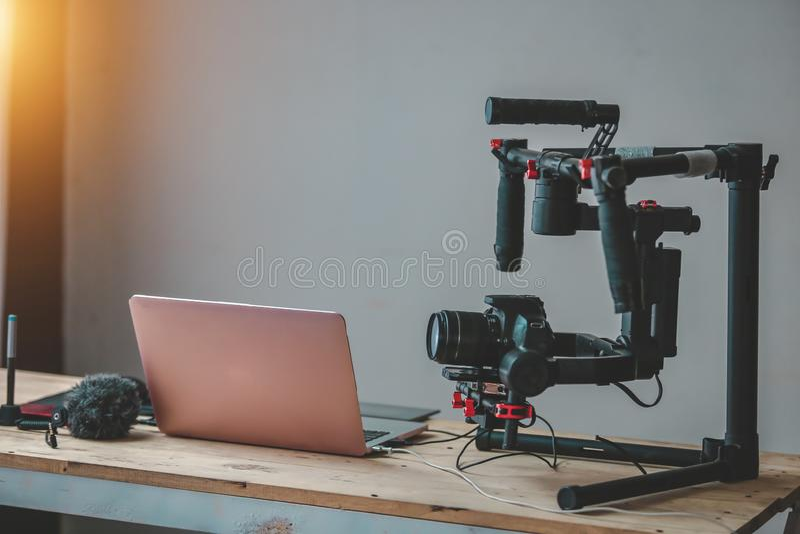 F?r Gimbalstabilisator f?r kamera DSLR yrkesm?ssig produktion och laptopon tabellkugghjulet av Vlog arkivbild