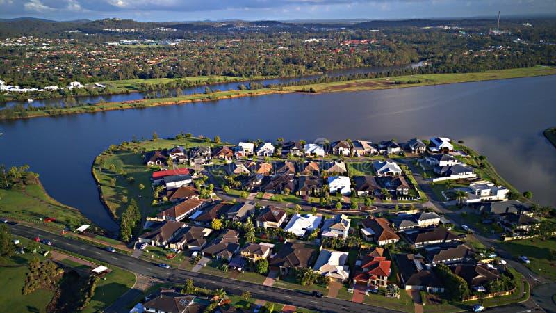 För Gold Coast för regattavattenParkland gods för hus för område för lek gräs bredvid den Coomera floden på sjön, royaltyfri fotografi