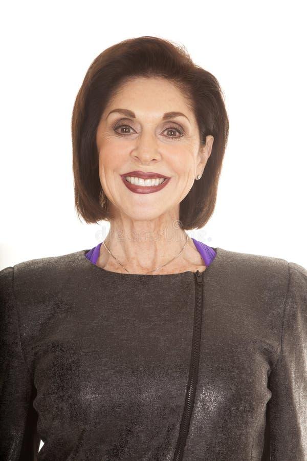 För grå färgomslag för äldre kvinna nära le royaltyfri foto