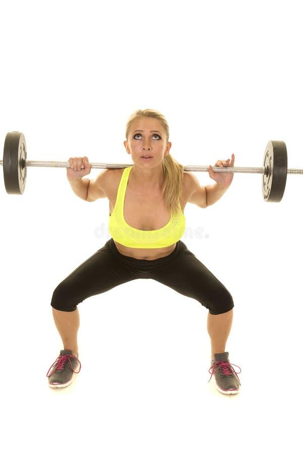 För grön ser satta vikter sportbehå för kvinna upp royaltyfri bild