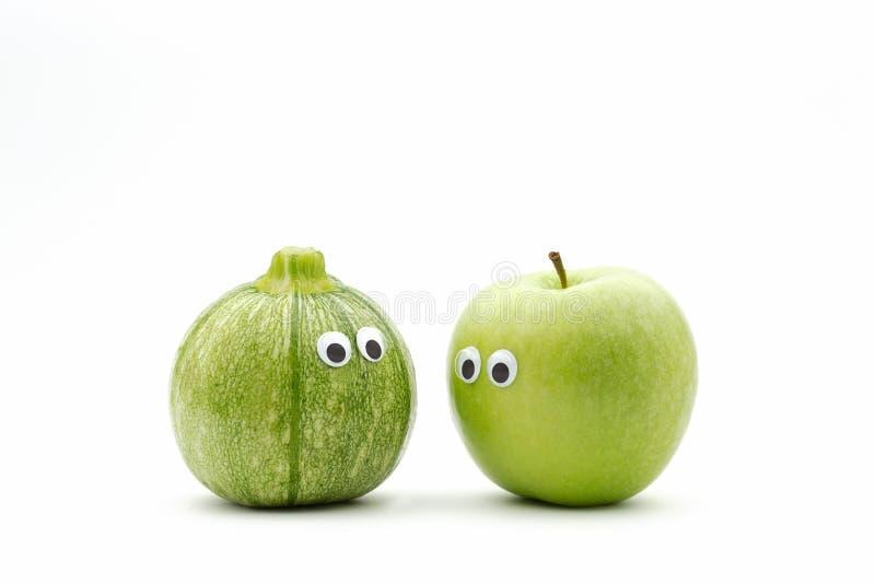 För grönsaker frukt kontra royaltyfri bild