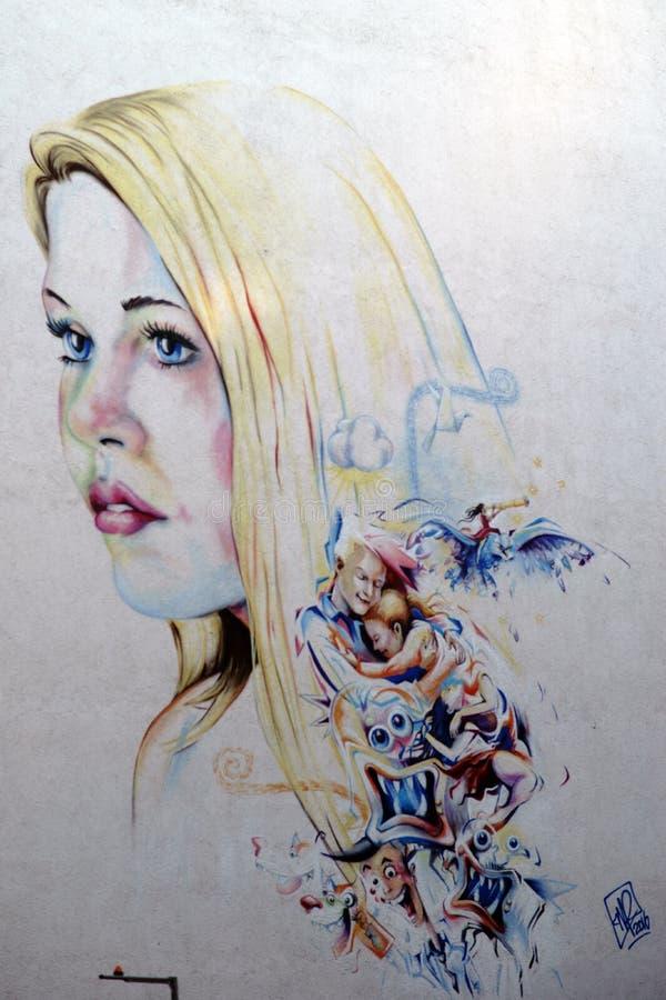 För grafitti tecken för ung kvinna och tecknad film arkivbilder