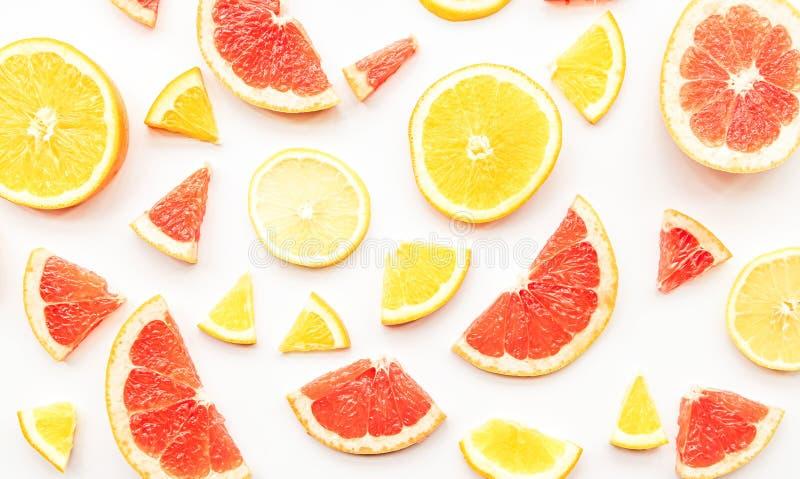 För grapefrukt-, apelsin- och citronskivor för ny sommar citrus modell på plan lekmanna- bästa sikt för vit bakgrund fotografering för bildbyråer