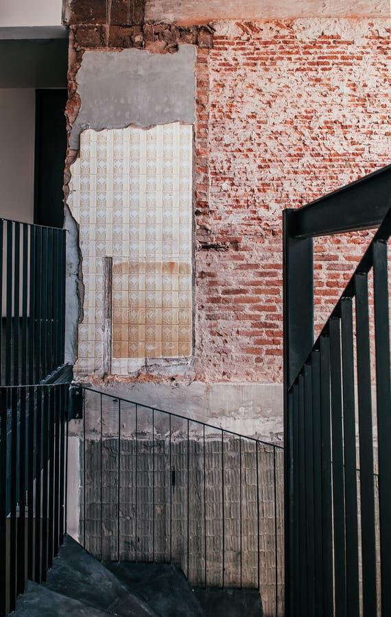 För grungetegelsten för industriell vind gammal vägg med det konkreta golvet, svart royaltyfria bilder